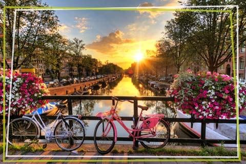 Pod peste un canal in Amsterdam
